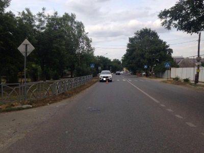ВСтаврополе иностранная машина сбила 2-х велосипедистов, один изних скончался