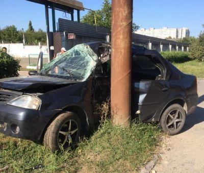 ВСтаврополе иностранная машина врезалась встолб, шофёр умер
