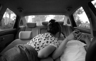 Девушка и парень в машине фото 672-246