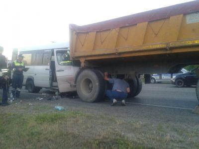 На Ставрополье маршрутка с пассажирами врезалась в КАМАЗ