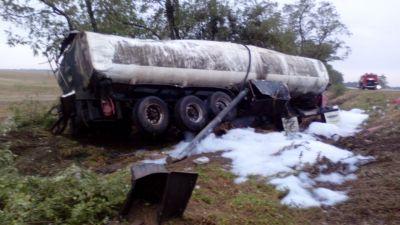 НаСтаврополье бензовоз опрокинулся вкювет, два человека пострадали